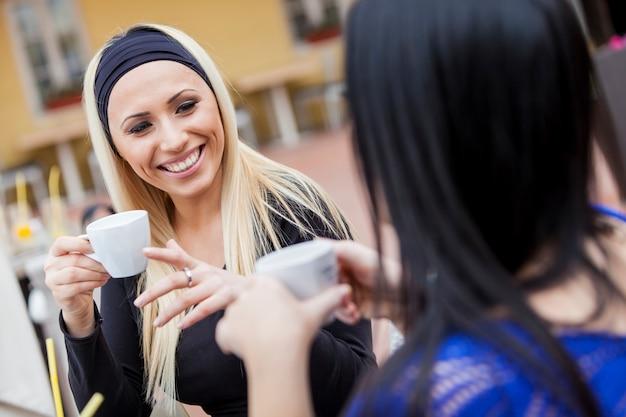 レストランでコーヒーを飲む女の子 Premium写真