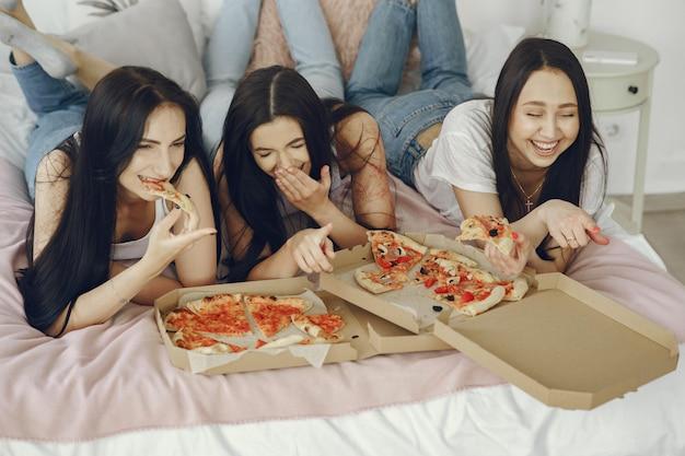 ガールフレンドは家でパジャマパーティーを持っています 無料写真