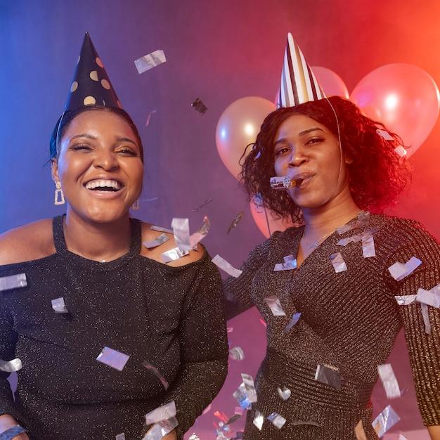 파티 모자와 색종이와 함께 즐거운 시간을 보내는 여자 프리미엄 사진