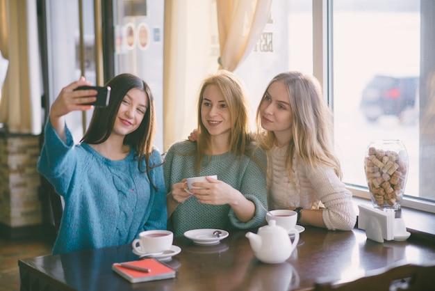 カフェの女の子 無料写真
