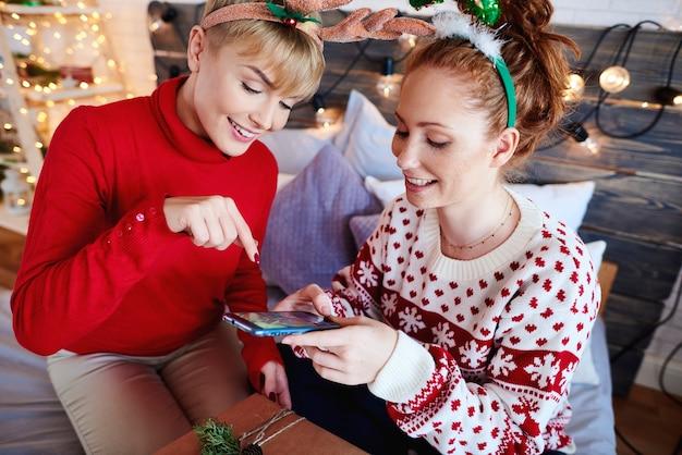 Девушки фотографируют самодельные рождественские подарки Бесплатные Фотографии