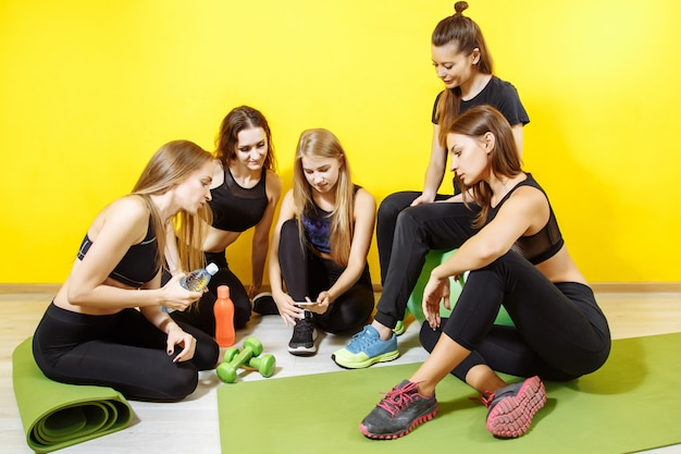 Girls setting up music for the workout Premium Photo