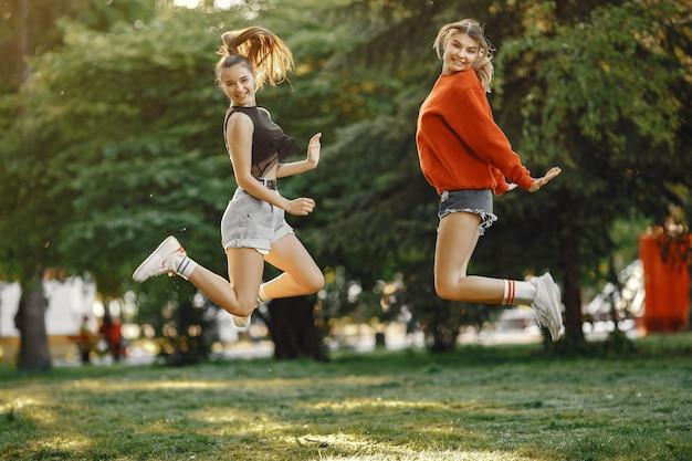 Le ragazze trascorrono del tempo in un parco estivo Foto Gratuite
