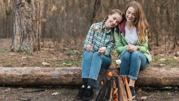 Девушки греются у костра Бесплатные Фотографии