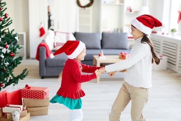크리스마스 시즌에 빙빙 돌리고 춤추는 소녀 무료 사진