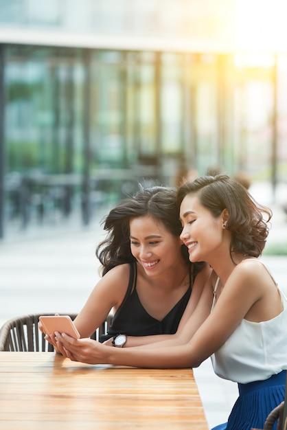 Girls with smartphone Free Photo
