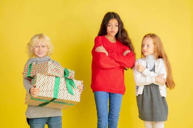 크리스마스 휴일에 선물주고 받기 무료 사진
