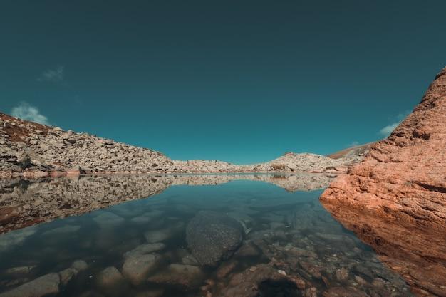 秋の季節の山の氷河湖の反射 無料写真