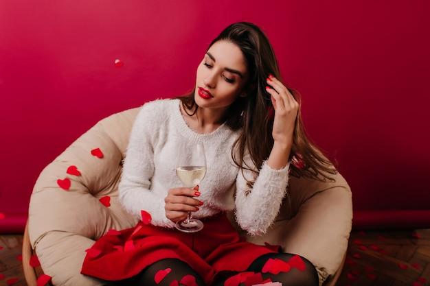 물 한 잔을보고 세련 된 스웨터에 다행 소녀 무료 사진