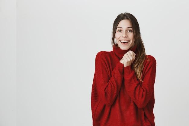 嬉しい笑顔の女性は喜び、手をたたくと安心 無料写真