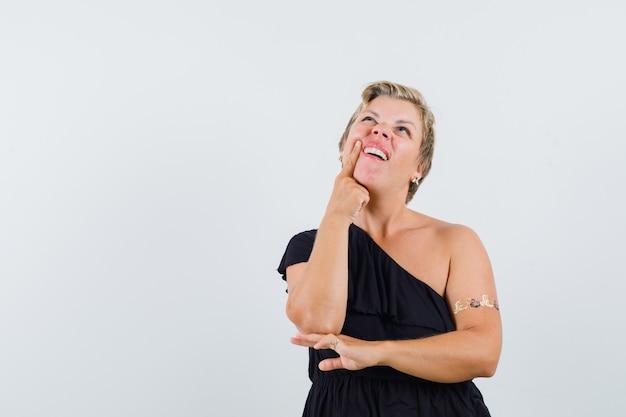 치통으로 고통 받고 고민 찾고 검은 블라우스에 매력적인 여자 무료 사진