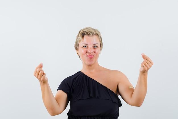 블랙 블라우스에 명상하는 매력적인 여자 무료 사진