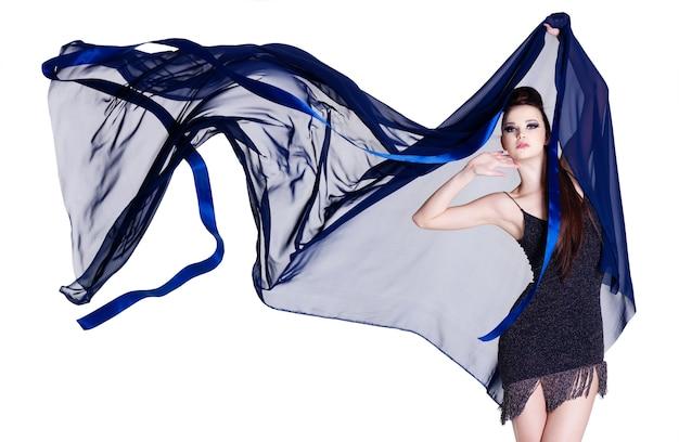 Glamour bella giovane donna di eleganza con chiffon di salto isolato su bianco Foto Gratuite
