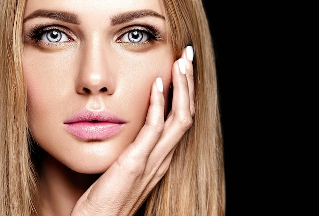 Glamour portrait of beautiful blond woman model lady with fresh daily makeup with nude lips color and clean healthy skin face Free Photo