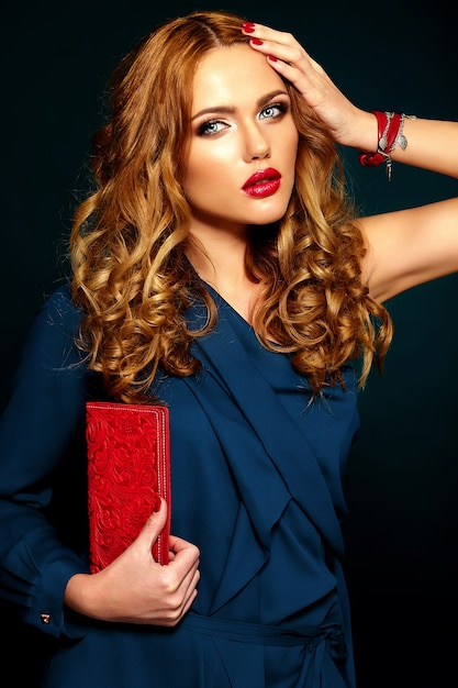Glamour portrait of beautiful stylish woman model with fresh daily makeup with red lips. with purse in hand Free Photo