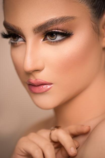 Гламурный портрет красивой женской модели со свежим ежедневным макияжем Бесплатные Фотографии