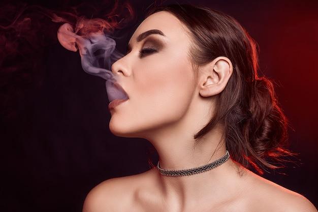 Брюнетка Курит Сигарету И Мастурбирует Сквозь Трусы