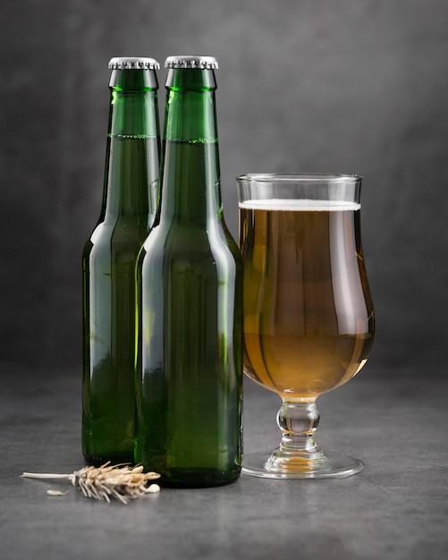 ガラスとビールのボトル 無料写真