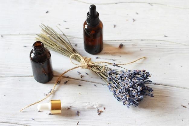 ラベンダーの束と有機化粧品のガラス瓶。ブログの美しさの概念 Premium写真