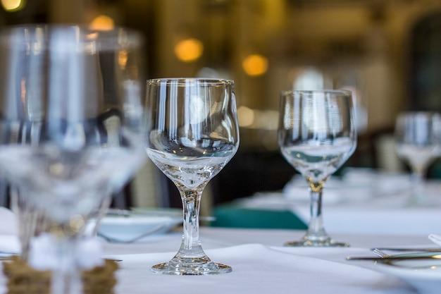 하얀 식탁보와 테이블에 칼 붙이 테이블에 유리 그릇. 프리미엄 사진