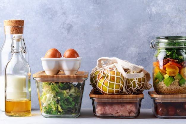Стеклянные коробки и банки с концепцией хранения в холодильнике свежих продуктов Premium Фотографии
