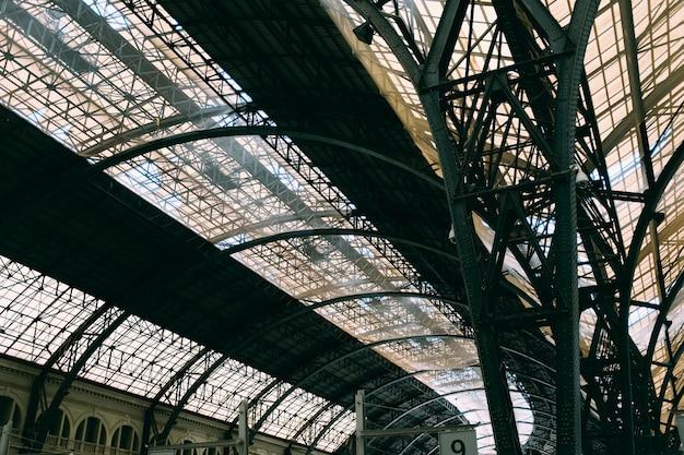 Un soffitto di vetro con motivi interessanti all'interno di un edificio Foto Gratuite