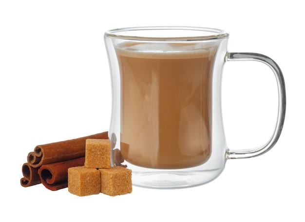 コーヒーのガラスカップと角砂糖のスタックが分離されました Premium写真