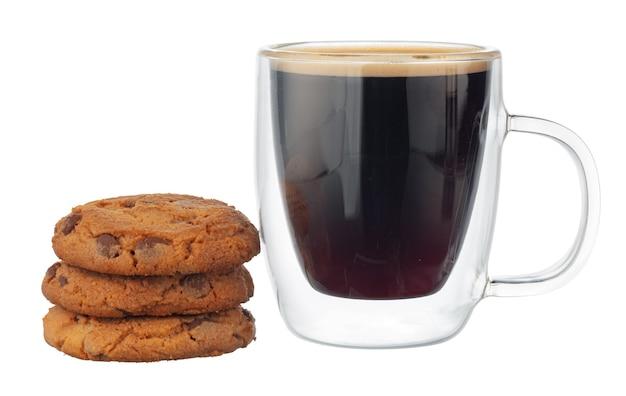 白い背景で隔離のチョコレートチップクッキーとコーヒーのガラスカップ Premium写真