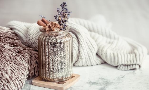 乾燥ラベンダーの花とスパイスが入ったガラスの瓶 Premium写真
