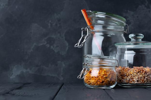 グラノーラとミューズリーのガラス瓶、正面図 Premium写真