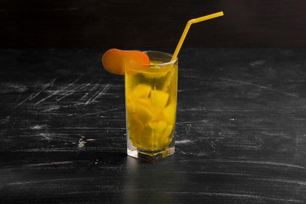 Un bicchiere di limonata isolati su sfondo nero Foto Gratuite