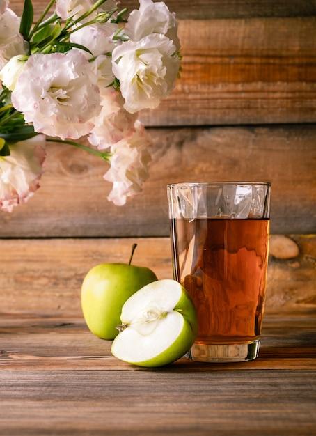 リンゴジュースのガラス Premium写真