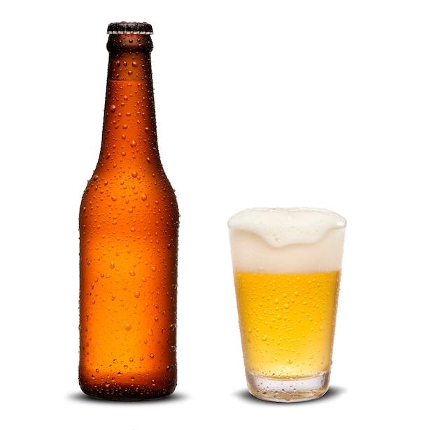 Стакан пива и коричневая бутылка 300 мл с каплями, изолированных на белом фоне Premium Фотографии