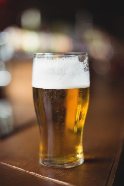 バーカウンターでビールのグラス 無料写真