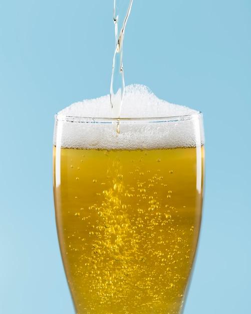 泡とビールのグラス Premium写真
