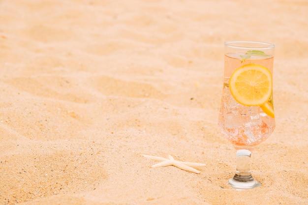 Стакан охлажденного напитка с нарезанными цитрусовыми и морской звездой Бесплатные Фотографии