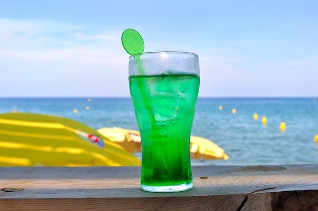 新鮮なミント水のグラス Premium写真