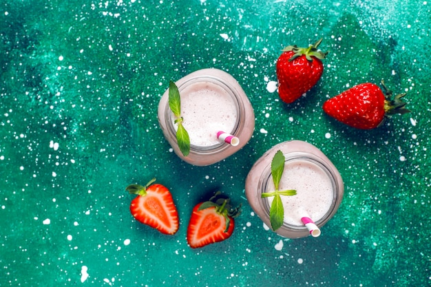 新鮮なイチゴのミルクセーキ、スムージー、新鮮なイチゴのガラス 無料写真