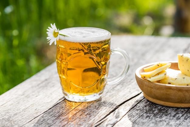 軽めのビールとチーズとカモミール Premium写真