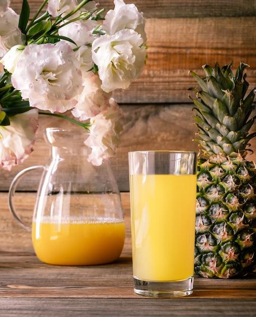 パイナップルジュースのガラス Premium写真