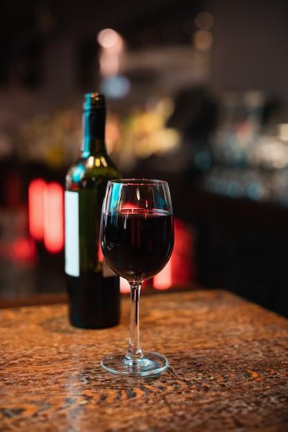 バーカウンターに赤ワインのガラス 無料写真
