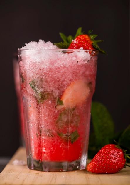 Стакан клубничного напитка на темном фоне Premium Фотографии