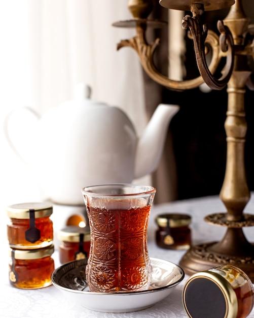 一杯のお茶とテーブルの上のティーポット 無料写真