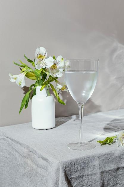 テーブルの上の水と花のガラス 無料写真