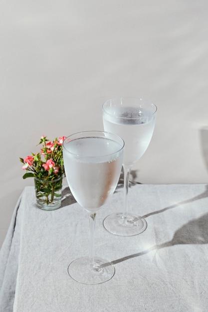 花びらと水のガラス 無料写真
