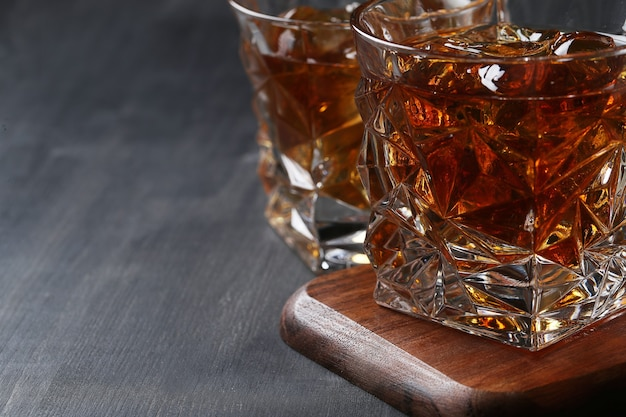 Стакан виски или бурбона, только со льдом Бесплатные Фотографии