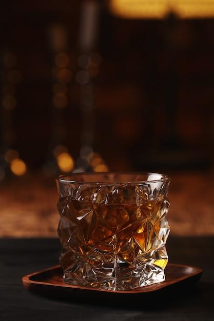 ウイスキーまたはバーボンのグラス、氷のみ 無料写真