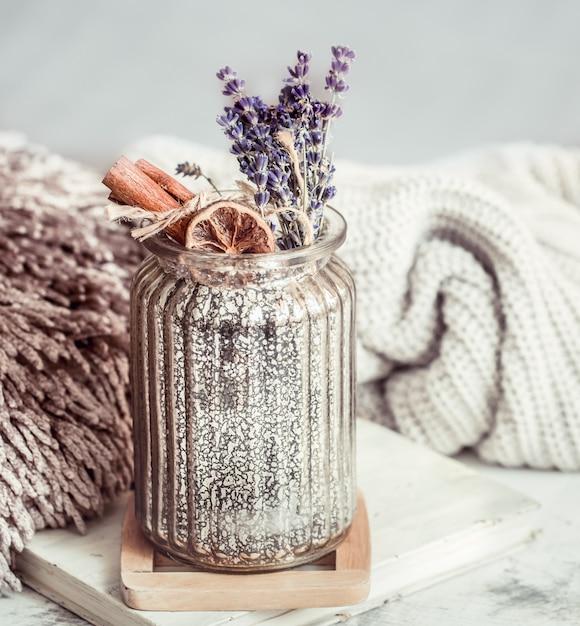 乾燥ラベンダーの花とスパイスが入ったガラスの花瓶 Premium写真