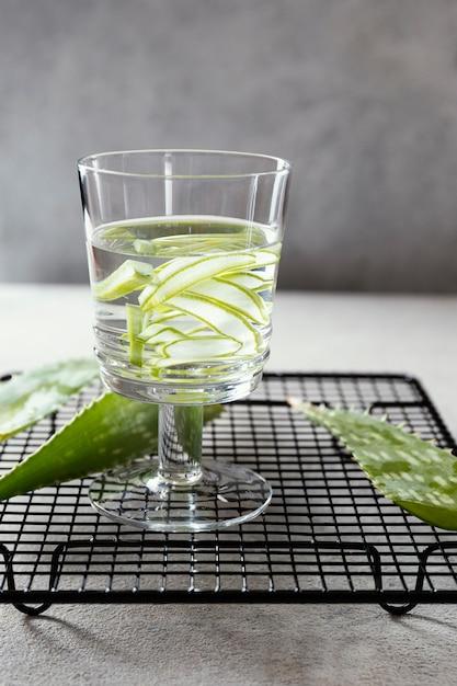 Bicchiere d'acqua con fette di limone sul tavolo Foto Gratuite
