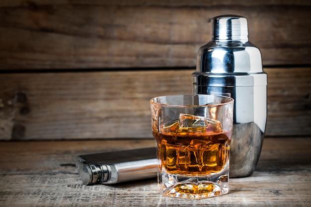 Vetro di whisky con un agitatore Foto Gratuite